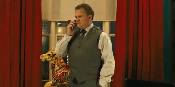 Otec Brown není z Paddingtona zrovna nadšený.