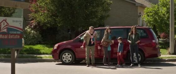 Obyčejná rodinka přijíždí do svého nového domova.